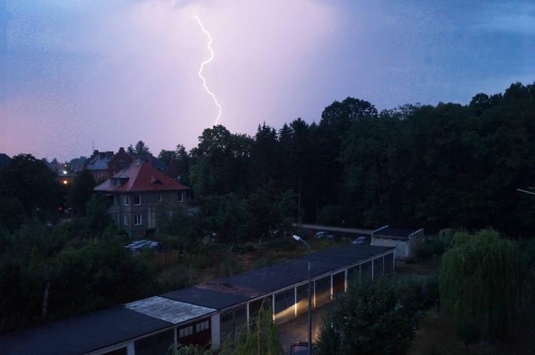 Burza nad Opolszczyzną. Uszkodzone dachy, linie energetyczne i powalone drzewa