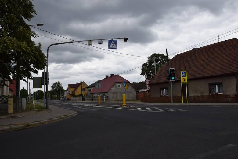 Niedoradz, ul. Zielonogórska, skrzyżowanie ze wzbudzanymi światłami
