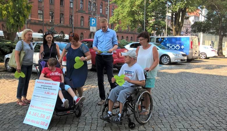 Matki niepełnosprawnych dorosłych dzieci przed konferencją w sprawie 500 plus dla niepełnosprawnych. Mówiły później, jakie wydatki związane są z ich
