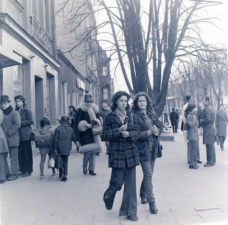 Kwiecień 1974 r. na al. Wojska Polskiego, dziewczyny poczuły wiosnę, ale nie wszystkie zdjęły kożuchy