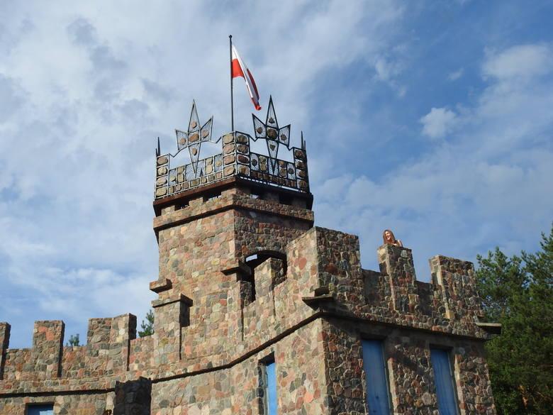 Jerzy Korowicki cały zamek zbudował własnoręcznie. Teraz pracuje nad metalowymi detalami, które ozdobią mostek