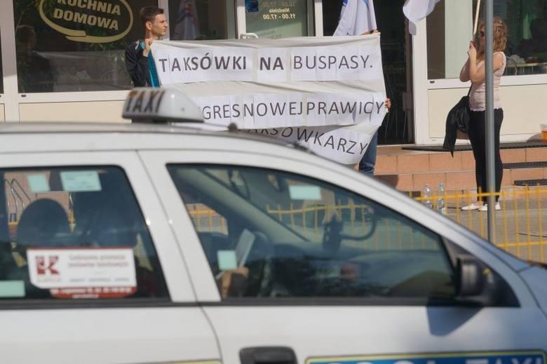 Taksówkarze przejechali przez miasto. Rozproszona manifestacja (zdjęcia, wideo)