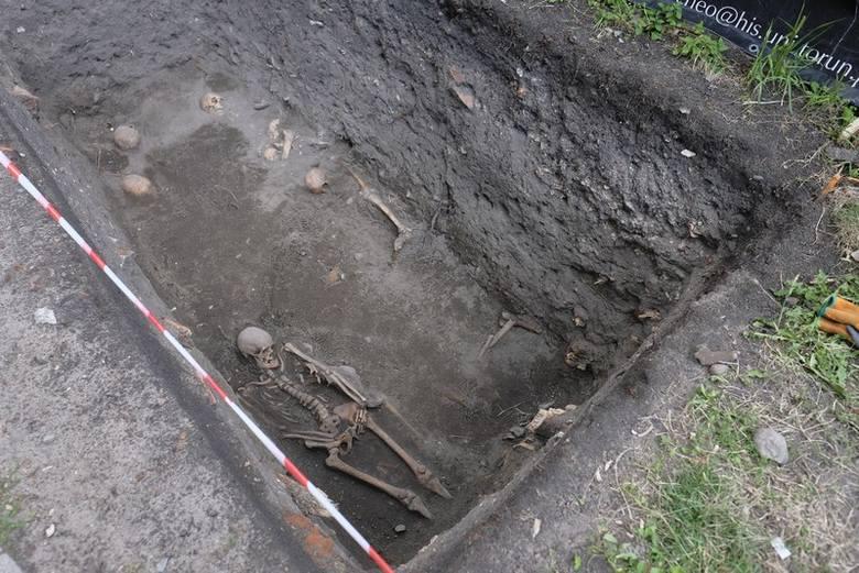 Czego szukają i co znaleźli archeolodzy przy kościele św. Jakuba? [ZDJĘCIA]