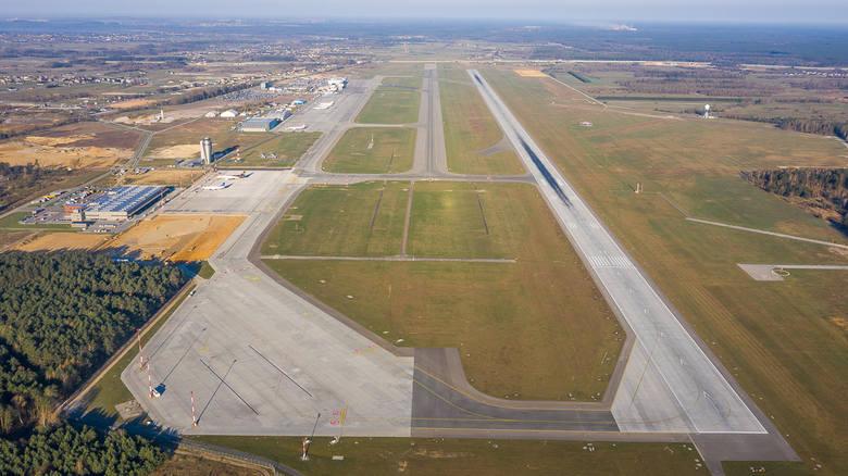 Widok ogólny na Katowice Airport. Po prawej stronie - droga startowa o długości 3200 m, oddana do użytku w maju 2015. W ciągu prawie czterech lat korzystające