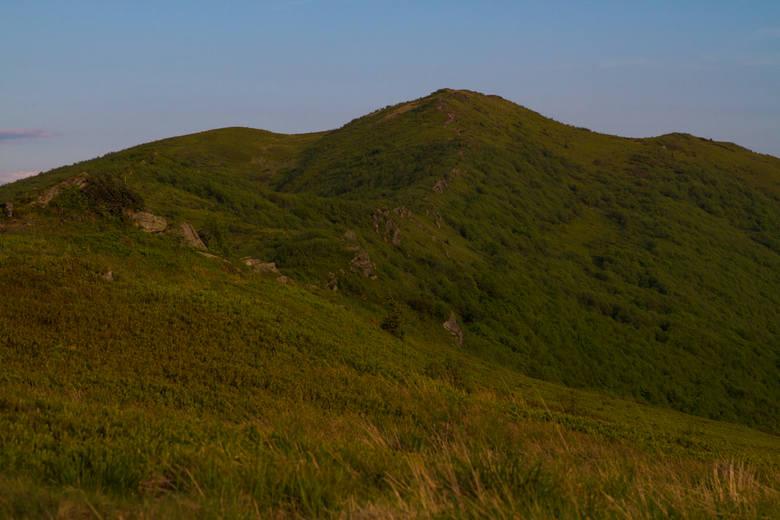 Szlak biegnący granią Bukowego Berda niektórzy uważają za jedną z najpiękniejszych tras w Bieszczadach. To jeden plus. Do kolejnych zaliczyć trzeba to, że rozpościerające się stąd widoki są oszałamiające (zdjęcia oczywiście tego nie oddają), a połoniny w masywie Bukowego Berda nie są tak...