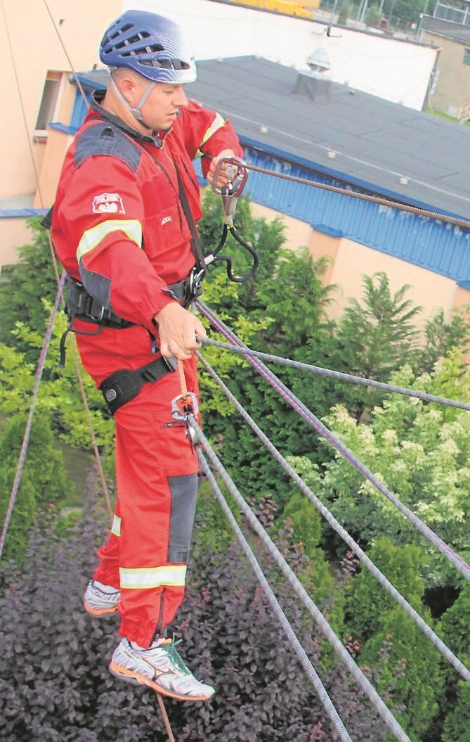 Trening ratowników działających na wysokościach.