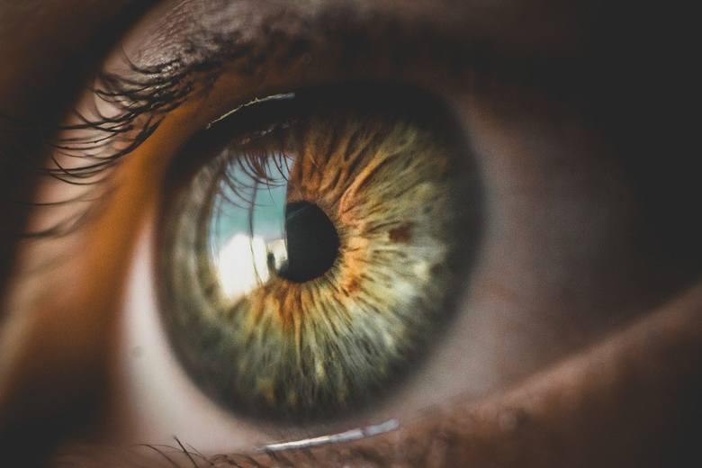 Brak lub nadmiar kontaktu wzrokowegoUznaje się, że osoby, które kłamią unikają kontaktu wzrokowego. Wprawieni kłamcy mogą zaś  dla niepoznaki utrzymywać
