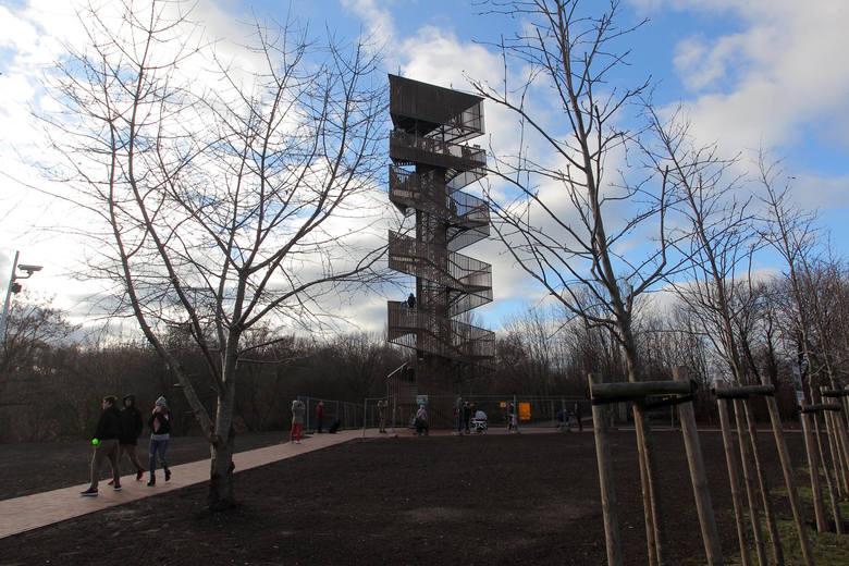 Wieża widokowa na Szachtach oficjalnie otwarta! Poznań można podziwiać z wysokości 22 metrów. Wieża jest drewniana i powstała w pięknej okolicy. Wszystko w ramach projektu z Poznańskiego Budżetu Obywatelskiego. Sprawdźcie co można z niej zobaczyć.