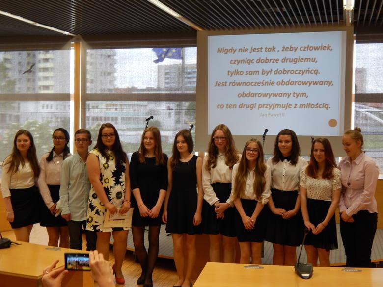 """Laureaci konkursu odebrali dzisiaj dyplomy, nagrody i wiele słów uznania od pedagogów i przedstawicieli samorządu w sali """"Ostrówek"""" przy urzędzie"""
