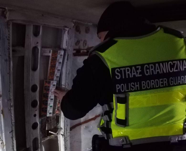 Mundurowi z placówki SG w Rutce-Tartak zatrzymali w Budzisku busa marki ranult. Bus miał litewskie numery rejestracyjne. W trakcie kontroli funkcjonariusze