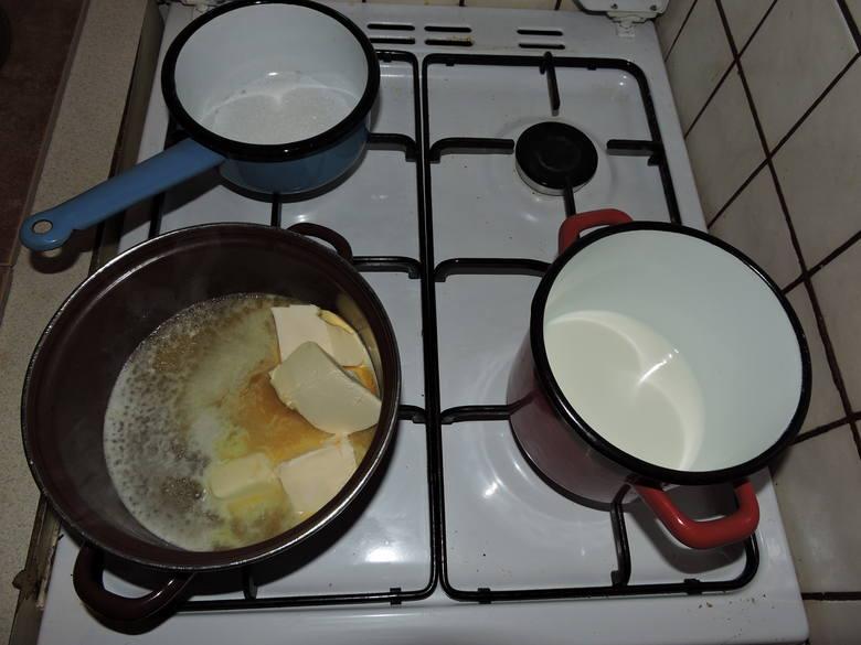 Rozpuścić i ostudzić tłuszcz, podgrzać mleko, wsypać jedną łyżkę cukru do garnka z grubym dnem