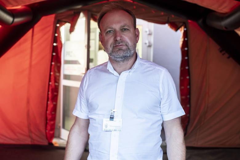 Dr Tomasz Ozorowski jest mikrobiologiem i konsultantem wojewódzkim, pracującym w sekcji ds. zakażeń szpitalnych. To także były przewodniczący Stowarzyszenia Epidemiologii Szpitalnej.