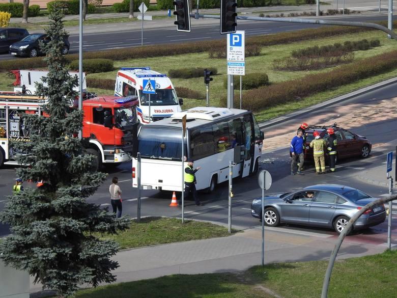 Wypadek w Białymstoku. Gigantyczne korki w centrum. Autobus zderzył się ze skodą (zdjęcia)