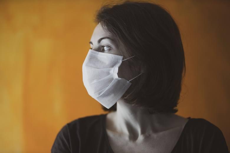 KASZELPonad połowa pacjentów z COVID-19 zgłasza kaszel jako objaw zakażenia koronawirusem. Zazwyczaj kaszel jest suchy, czasami jednak może być też