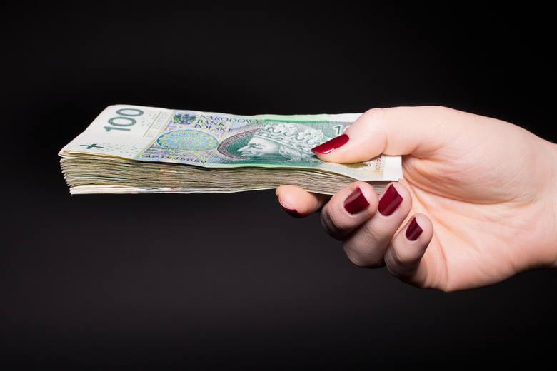 Komornik pobiera dwa rodzaje opłat od dłużnika: stałą oraz stosunkową.