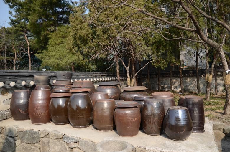 Tradycyjne naczynia onggi, w którym powstaje fermentowana kapusta kimchi