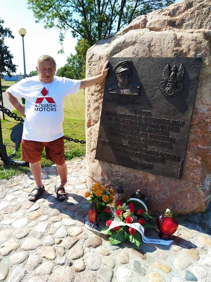 Roman Kanafoyski, wnuk kmdra Kanafoyskiego, dowódcy OW Wisła, przy obelisku pamiątkowym w Brdyujściu w Bydgoszczy.