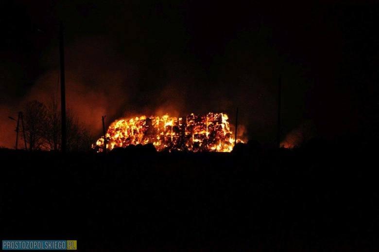 O godzinie 20.37 straż otrzymała zgłoszenie o pożarze stert słomy w miejscowości Równe w powiecie głubczyckim. Działania strażaków polegały na obronie