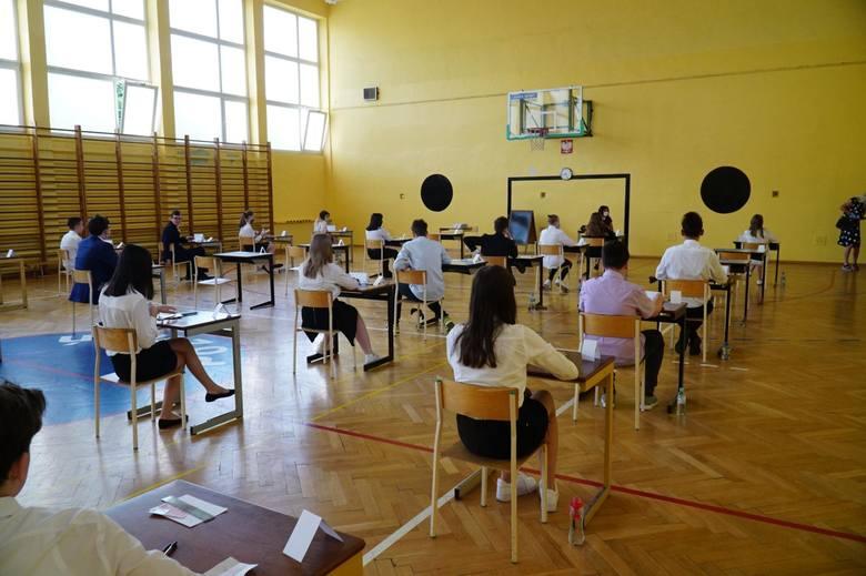 Egzamin ósmoklasisty - język angielski: Odpowiedzi i arkusz z zadaniami znajdziesz na kolejnych stronach galerii.Uwaga, nasi eksperci dodają odpowiedzi