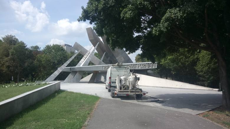 1 września 80 rocznica wybuchu II wojny światowej. 22 sierpnia pod pomnikiem Armii Poznań prowadzone były prace porządkowe.