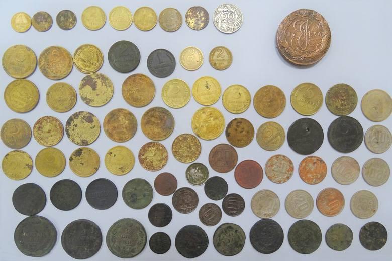 Wobec podróżnego wszczęto sprawę karną skarbową, a do postępowania zatrzymano ww. przedmioty oraz kwotę 300 złotych na poczet grożącej kary grzywny.