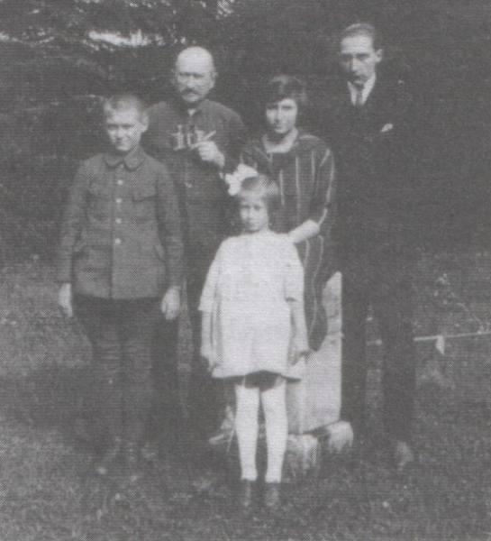 Generał Józef Dowbor-Muśnicki z dziećmi: Olgierdem, w mundurze powstańca wielkopolskiego, Gedyminem, Janiną i najmłodszą Agnieszką.