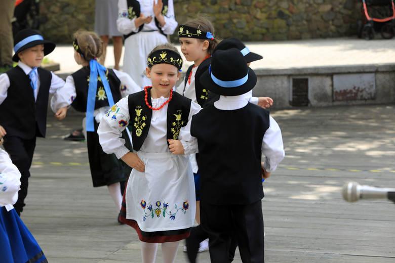 Scena toruńskiego muzeum etnograficznego należała do przedszkolaków. Dzieci zaprezentowały zabawy, piosenki i ludowe tańce.