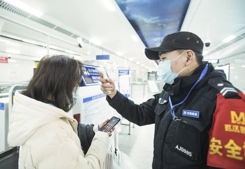 W metrze w Wuhan badana jest temperatura ciała pasażerów