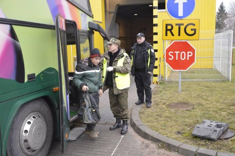 Ośmiu Wietnamczyków nielegalnie wjechało do Polski. Straż graniczna odesłał ich na Litwę (zdjęcia)