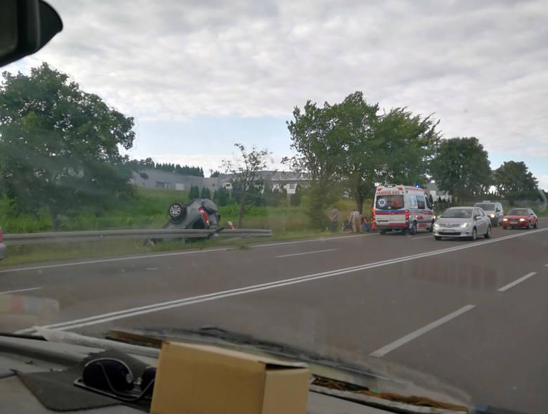 W Żurawicy dachował samochód. Do wypadku doszło na drodze nr 77 w kierunku Przemyśla, w okolicy zakładu produkującego oświetlenie. Zdjęcia i film z miejsca