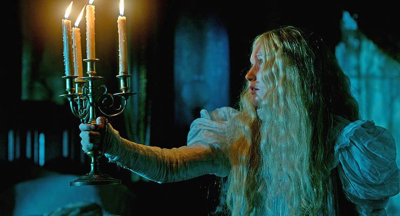 """""""Crimson Peak. Wzgórze krwi""""Gotycki horror w reżyserii Guillermo del Toro, twórcy """"Labiryntu fauna"""" i serii """"Hellboy"""". Po rodzinnej"""