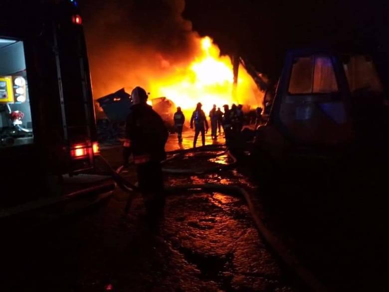 Dobrzyniewo Duże. Pożar na złomowisku samochodów. 12 zastępów straży pożarnej walczyło z ogniem [ZDJĘCIA]