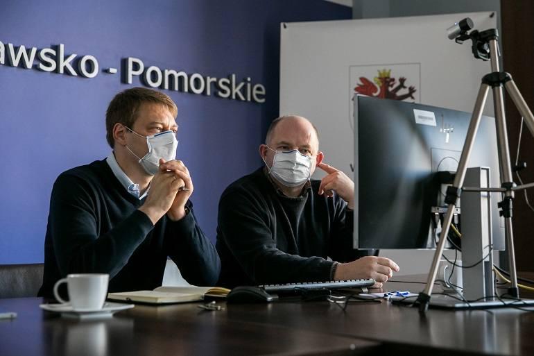 Marszałek Piotr Całbecki i Adam Szponka, dyrektor Regionalnego Ośrodka Polityki Społecznej w Toruniu, podczas zdalnych konsultacji z partnerami wartego