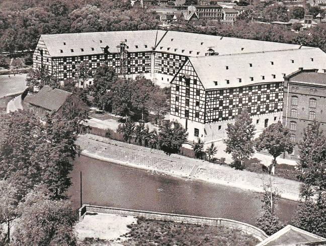 W miejscu, w którym wyrósł gmach Opery Nova, stały kiedyś koszary wojskowe (pobudowano je w XIX w., spłonęły w 1945 r.)