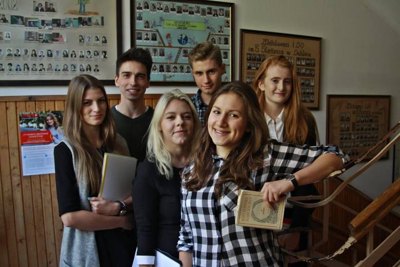 Maturzyści: od lewej O.  Kaznowska, W. Łukasik, H. Bryda, O. Hodskinson. Chłopcy: O. Pachciński i M. Drozd