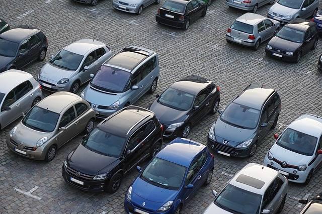 Firma AirHelp przeanalizowała ceny parkingów oferowanych przez porty lotnicze w Warszawie, Modlinie, Gdańsku, Krakowie, Katowicach, Poznaniu, Wrocławiu,