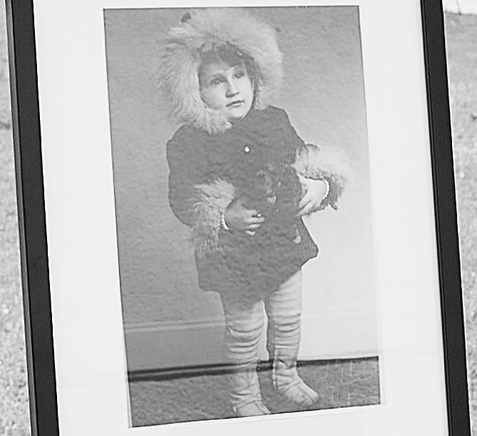 Komendant powiatowy policji w Stargardzie mł. insp. Robert Nowak pokazał sympatyczne zdjęcie, na którym pozuje w płaszczyku z dużym futerkiem trzymając maskotkę