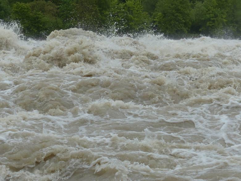 W poniedziałek woda na Wiśle zaczęła opadać. Zagrożenie minęło? W Zawichoście nadal stan ostrzegawczy