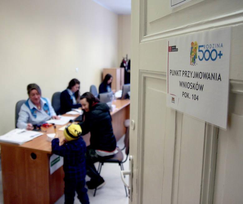 """Koniec programów typu """"500+"""" i innych dopłat bezpośrednich. Jadwiga Emilewicz, minister rozwoju zapowiedziała duże zmiany, które zostaną"""