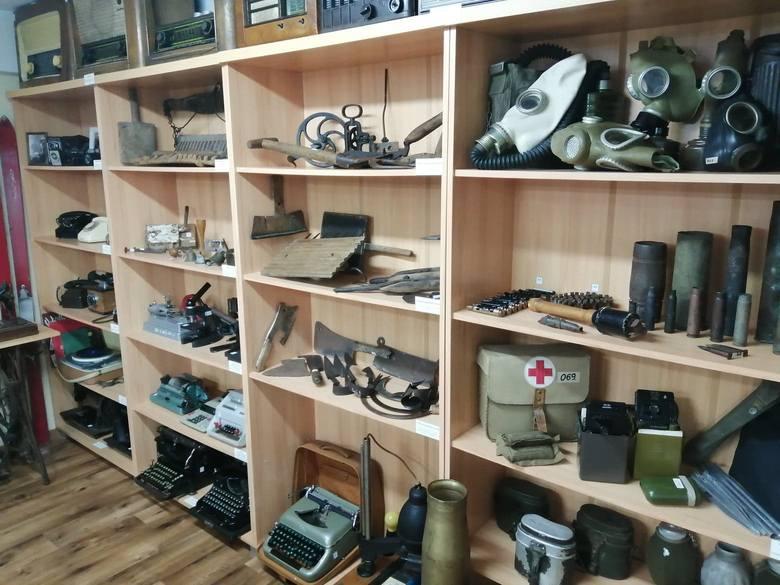 Zabytkowe radio, brzytwa, mundur, młynek do kawy, a obok kamień z młyna i fragmenty wraku samolotu. To miejsce, pełne skarbów! [ZDJĘCIA]