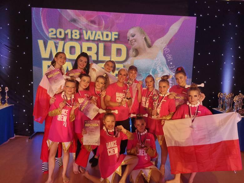 Tancerze ze Szkoły Tańca Dance Crew z Bydgoszczy udanie zadebiutowali w mistrzostwach świata w czeskim Libercu. Zdobyli tam aż 13 medali, w tym osiem