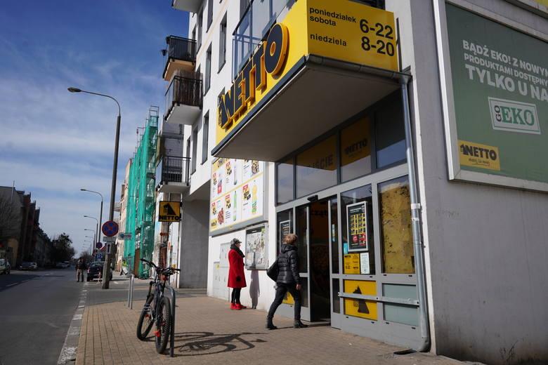 """Poznańskie sklepy, z powodu koronawirusa, wprowadzają ograniczenia lub zamykają się """"do odwołania"""". Pracują apteki, przychodnie i urzędy,"""