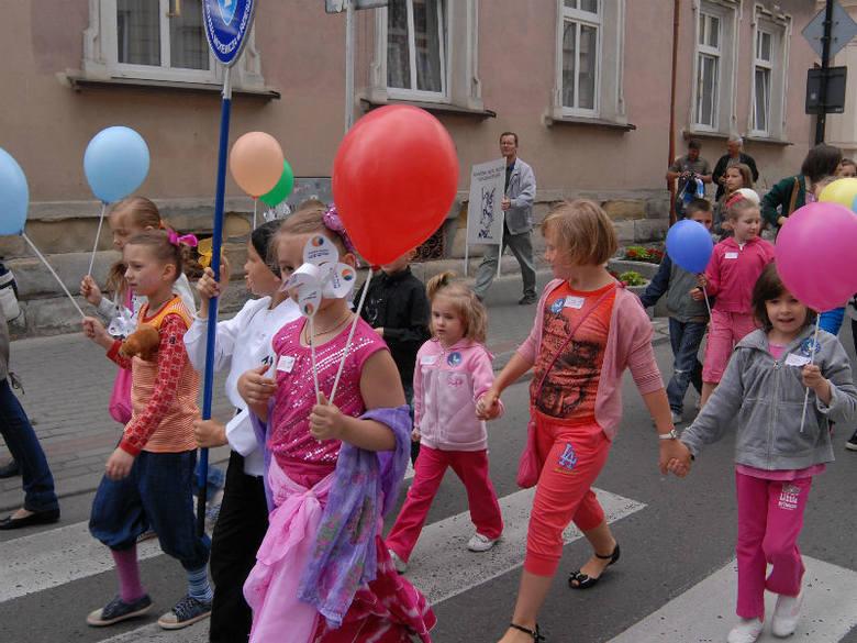 Impreza rozpoczęła się przemarszem bajkowego korowodu od budynku głównego WiMBP przy ul. Sokoła 13 do Teatru MASKA przy ul. Mickiewicza 13.