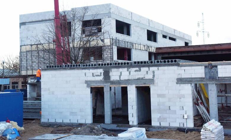 Nowa placówka będzie gotowa do września przyszłego roku. Znajdzie się w niej 24-oddziałowa szkoła podstawowa oraz 6-oddziałowe przedszkole. Uczyć się