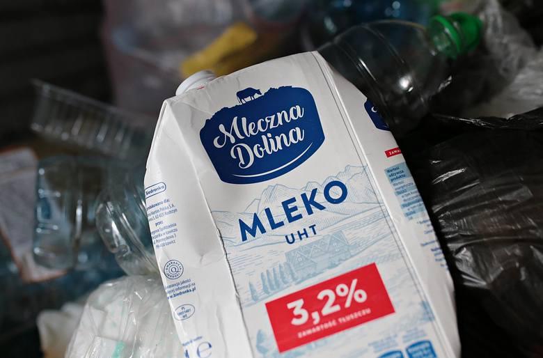 Brudny z mleka karton po mlekuKartony po mleku to odpady wielomateriałowe i jeżeli są bez zawartości, to należy je wrzucać do żółtego pojemnika (gdy