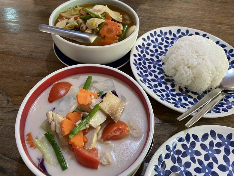 Historia na talerzuNa przestrzeni wieków kuchnia tajska kształtowała się pod wyraźnym wpływem kuchni chińskiej z północy i kuchni indyjskiej z zachodu.