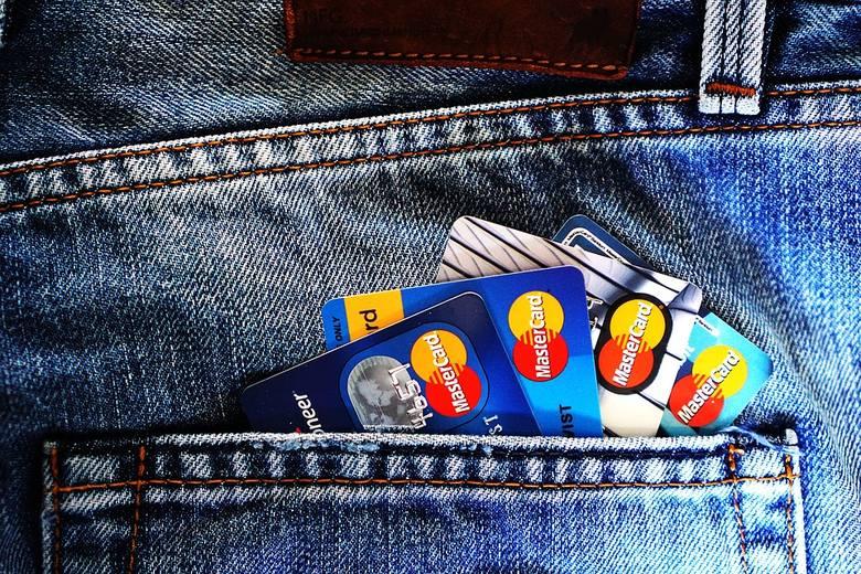 Płatność kartą za granicą. Jaka prowizja za przewalutowanie transakcji kartami MasterCard i Visa wydanymi przez polskie banki