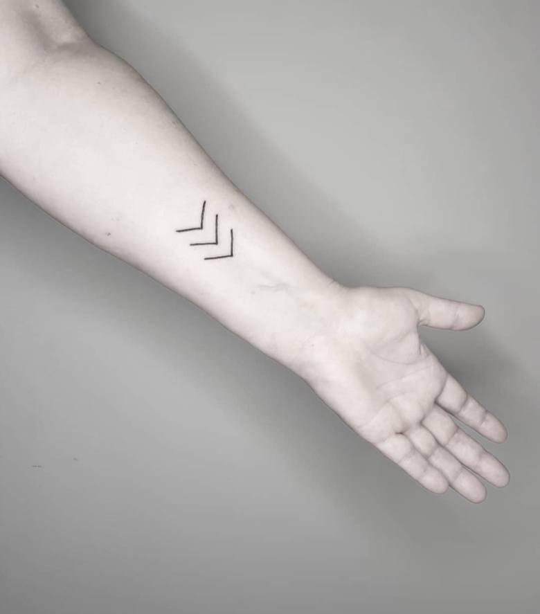 Tatuaż 3 strzałki – solidarni z osobami z zespołem DownaWszystko zaczęło się od Micy May, mamy chorego dziecka, która podjęła decyzję o zrobieniu sobie