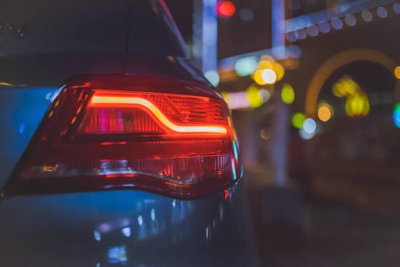 To jeden z najczęściej wytykanych błędów kierowców na drodze. Ktoś miga do Ciebie długimi światłami, a ty nie masz sobie nic do zarzucenia? Sprawdź czy