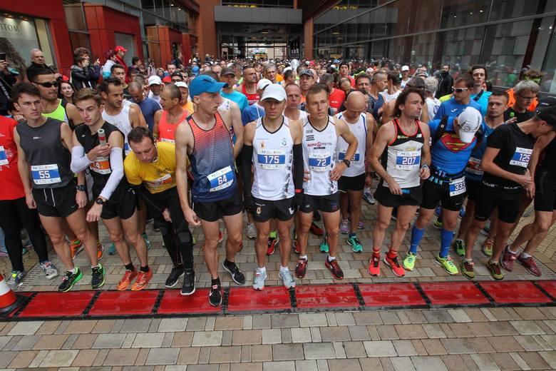 Pogoda sprzyjała i na trasie 6. PKO Maratonu Rzeszowskiego pobiegło około 800 osób. <br /> <br /> [b]Zobacz także: [a]https://nowiny24.pl/polski-dublet-w-6-pko-maratonie-rzeszowskim-przemyslaw-dabrowski-nie-wygral-trzeci-raz-z-rzedu-pogoda-byla-dobra-ale-dla-kibicow/ar/13555796;Polski dublet w...